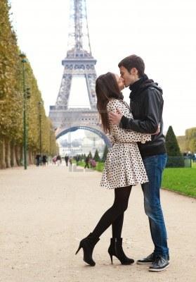 33056_9896940-mlody-romantyczna-para-pocalunki-niedaleko-wiezy-eiffla-w-paryzu.jpg