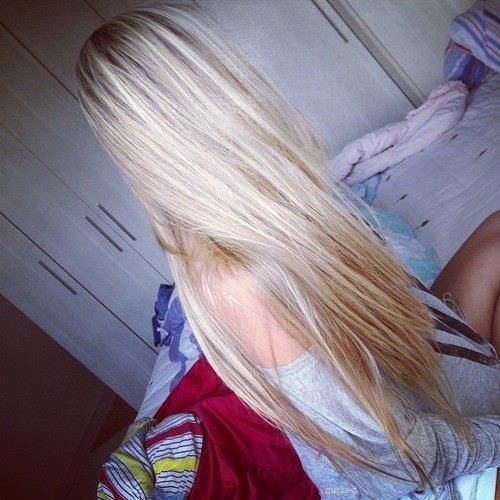 blondinka-s-dlinnimi-volosami-na-golove